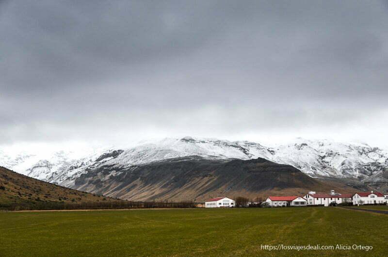 granja con volcanes nevados y grandes nubes negras encima cultura islandesa