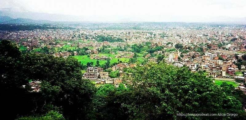panorámica de katmandu entre campos verdes nepal