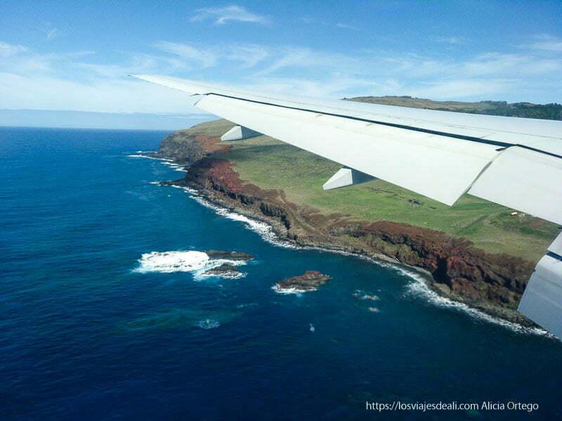 vista de isla de pascua desde ventana del avión antes de aterrizar