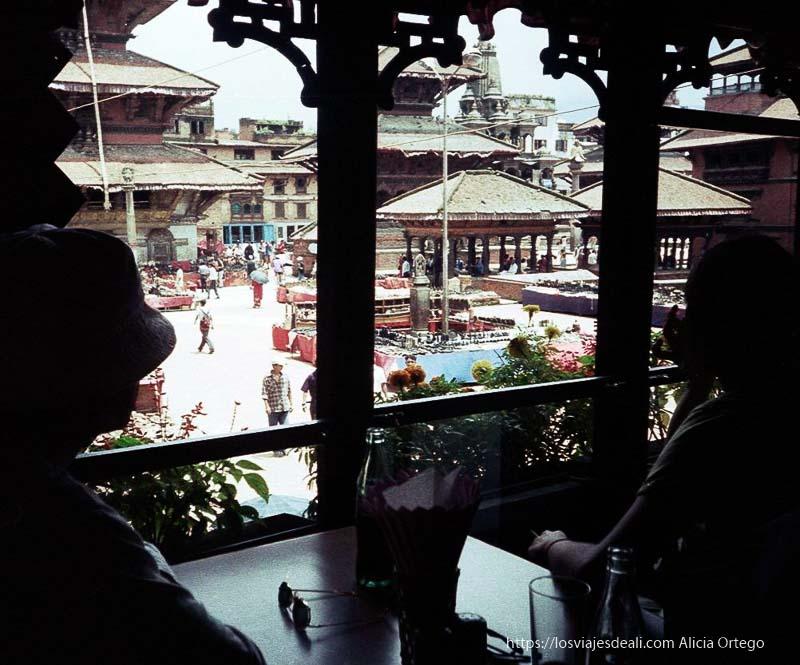 vistas de plaza de Patan llena de templos desde terraza nepal