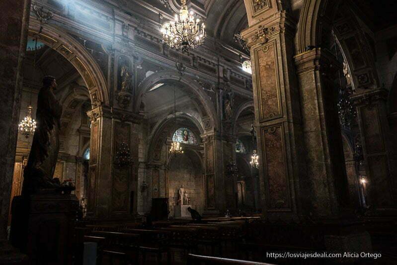 interior de la catedral de santiago de chile con rayo de luz atravesando la nave central