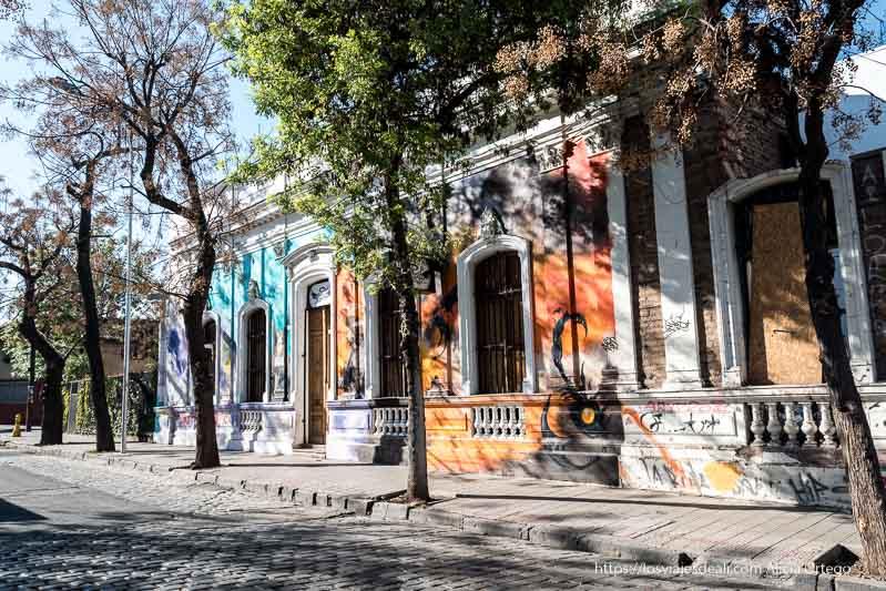 casas antiguas con paredes pintadas de colores en barrio brasil de santiago de chile