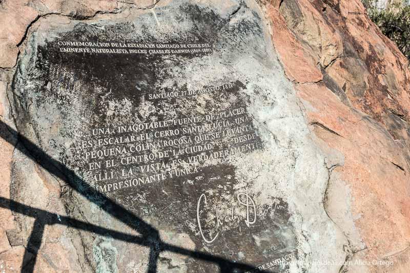 placa conmemorativa con cita de Charles Darwin en cerro santa lucía de santiago de chile