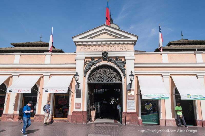 puerta principal del mercado central de santiago de chile