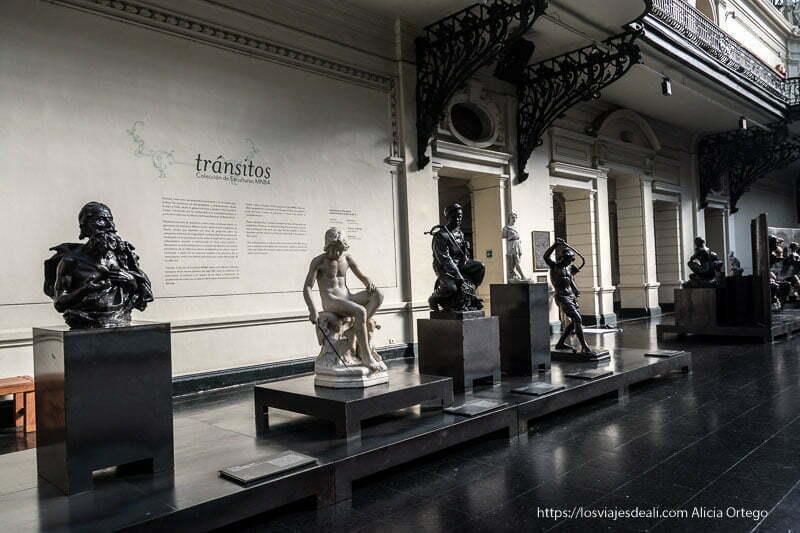 esculturas de la exposición tránsitos en el museo de bellas artes de santiago de chile