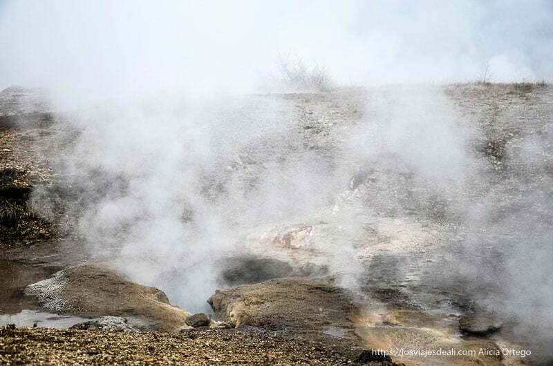 agujeros y columnas de gases en Geysir triángulo dorado de islandia