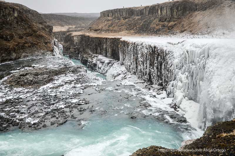 cascada de gulfoss en la parte que abre un gran cañón. La mitad del agua está congelada. Este es uno de los lugares que te pueden dejar con la boca abierta.