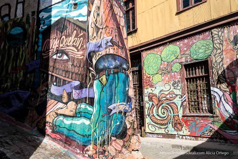 paredes llenas de graffitis con mucho color en valparaíso