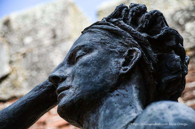 estatua de margarita xirgu de bronce en el anfiteatro romano de mérida