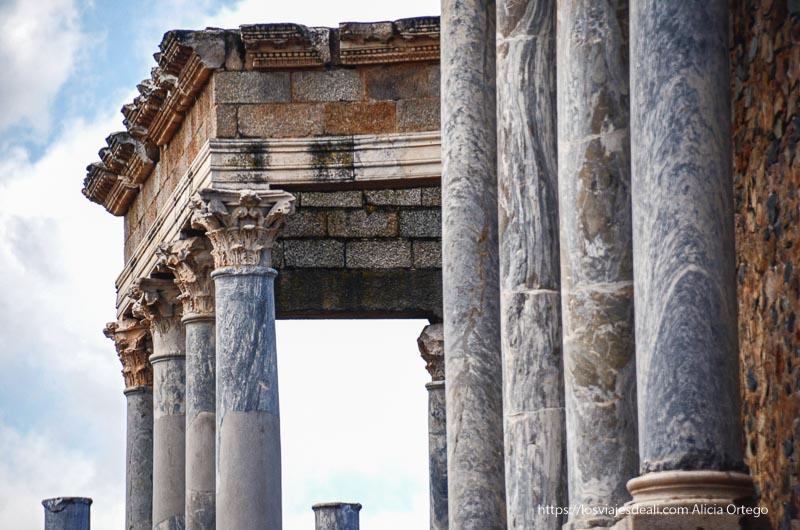 columnas de mármol con capiteles corintios de la facha del anfiteatro romano de mérida