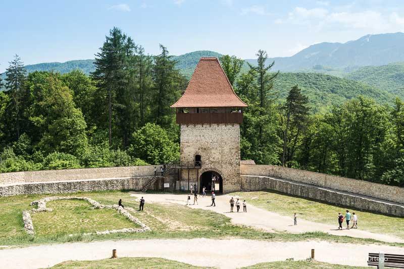 torre-puerta de entrada a la ciudadela con bosques detrás excursión a bran y rasnov