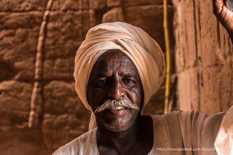 gaffir de Naqa con su turbante blanco y bigote gentes de sudán