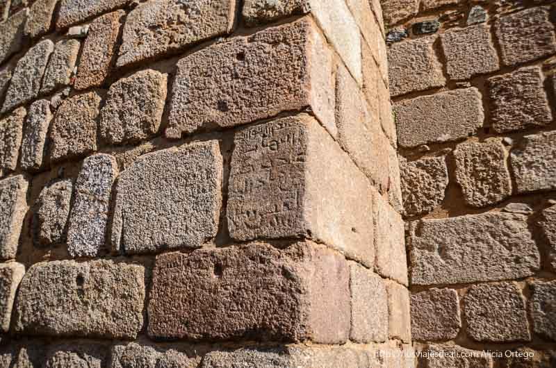murallas de la alcazaba de mérida con una piedra con letras árabes