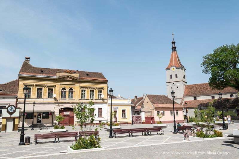 plaza del pueblo con iglesia y torre terminada en punta excursión a bran y rasnov