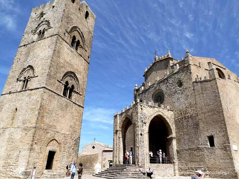 iglesia y torre bajo cielo azul con nubes deshilachadas en érice
