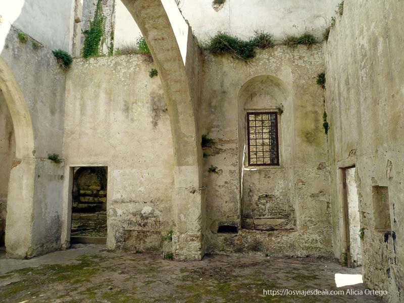 ruinas de antiguo monasterio sin techo en érice