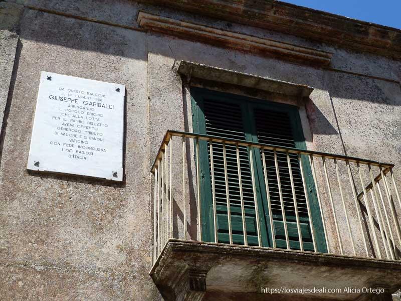 balcón de érice con placa al lado donde se homenajea a Garibaldi