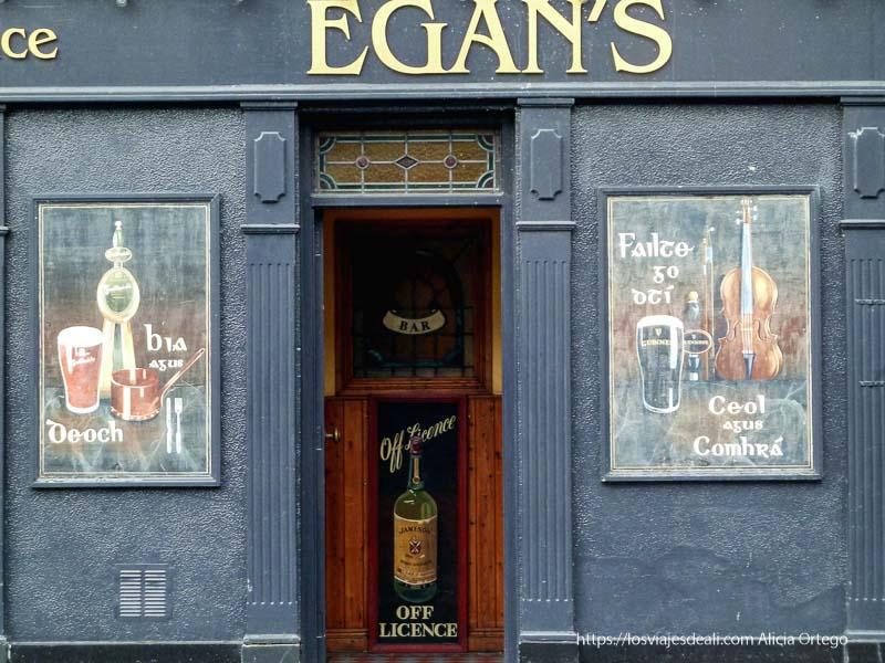 puerta de pub de kilkenny