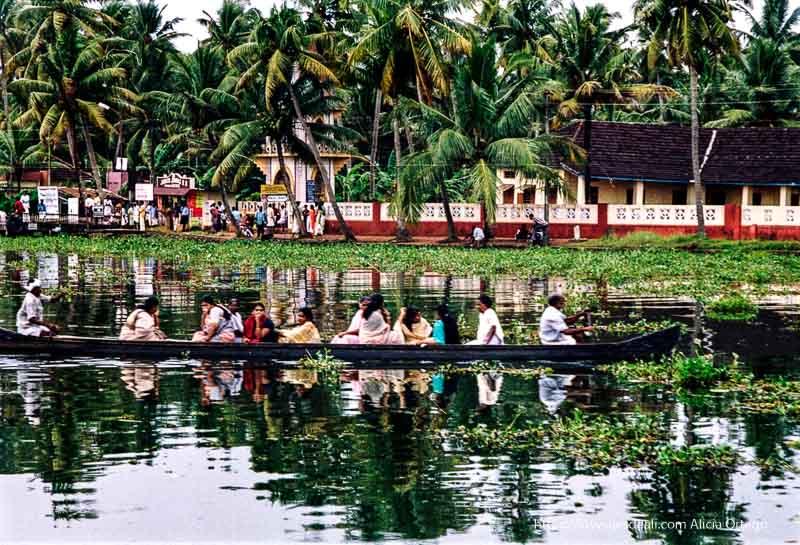 una barca lleva a un grupo de mujeres vestidas con sari