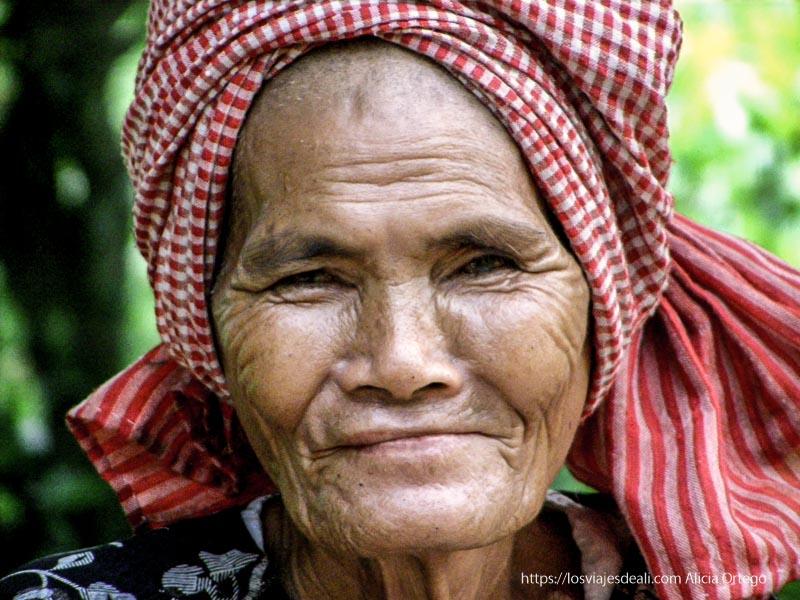 anciana con pañuelo jemer a modo de turbante en beng mealea