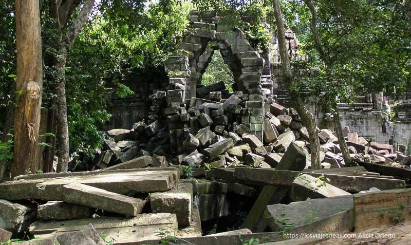 ruinas de beng mealea cubiertas de verdín y selva