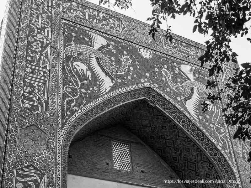 fachada de madrasa con azulejos bukhara