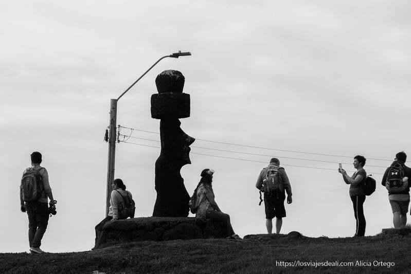 turistas haciéndose fotos junto a moai