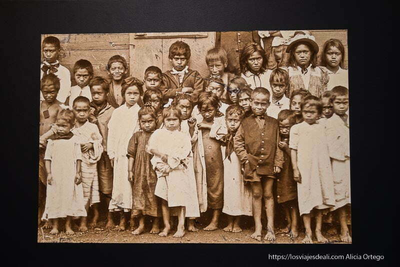 foto antigua de niños rapa nui cómo es viajar a Isla de Pascua