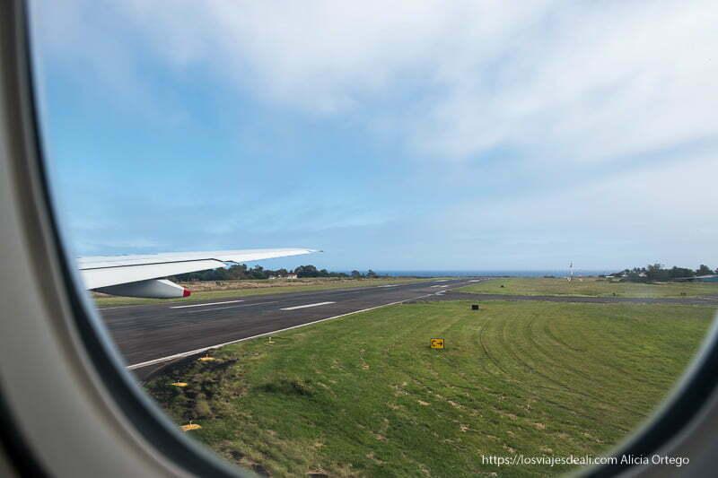 pista del aeropuerto de hanga roa con mar al fondo desde la ventanilla del avión