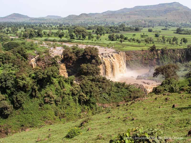 cascadas de etiopía con agua color marrón por el barro que llevan y entorno muy verde