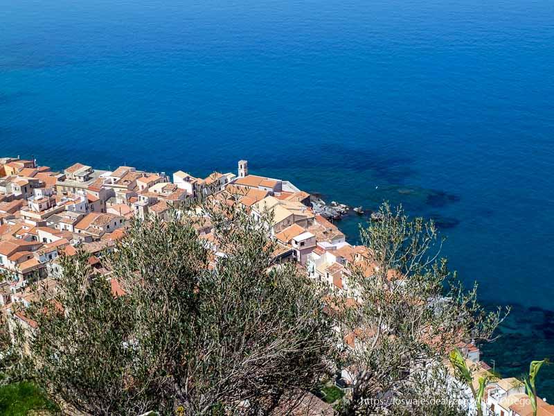 pueblo de cefalú junto al mar