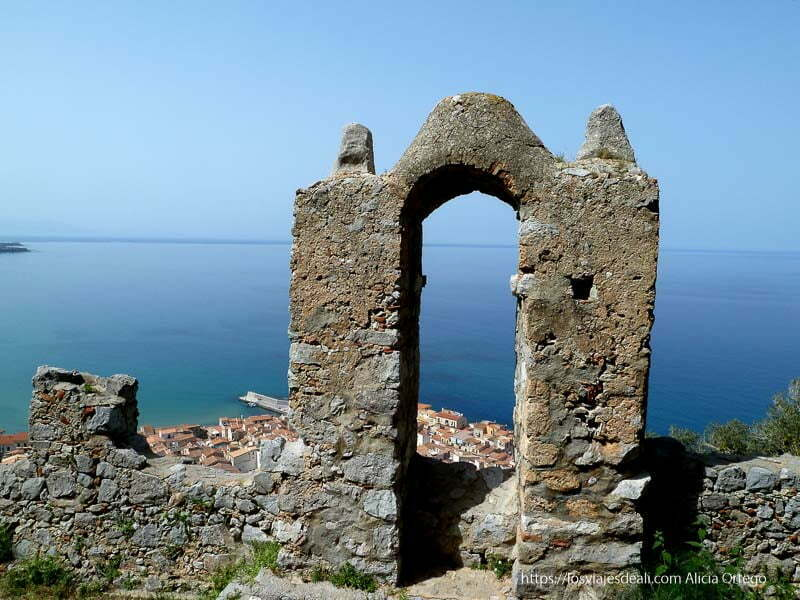 puerta de muralla con pueblo de cefalú y mar