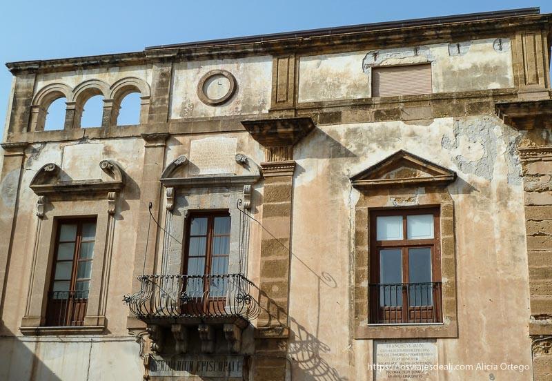 fachada con balcón central donde se rodó cinema paradiso cefalú