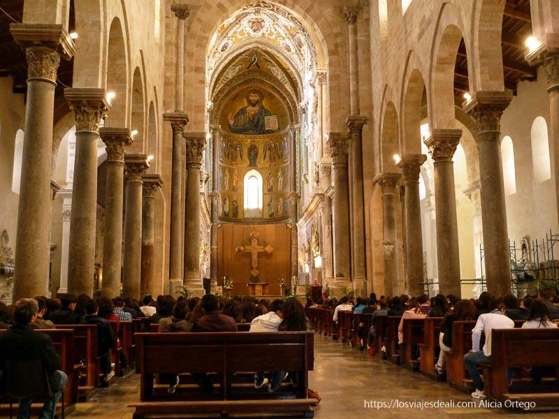 interior catedral de cefalú llena de adolescentes