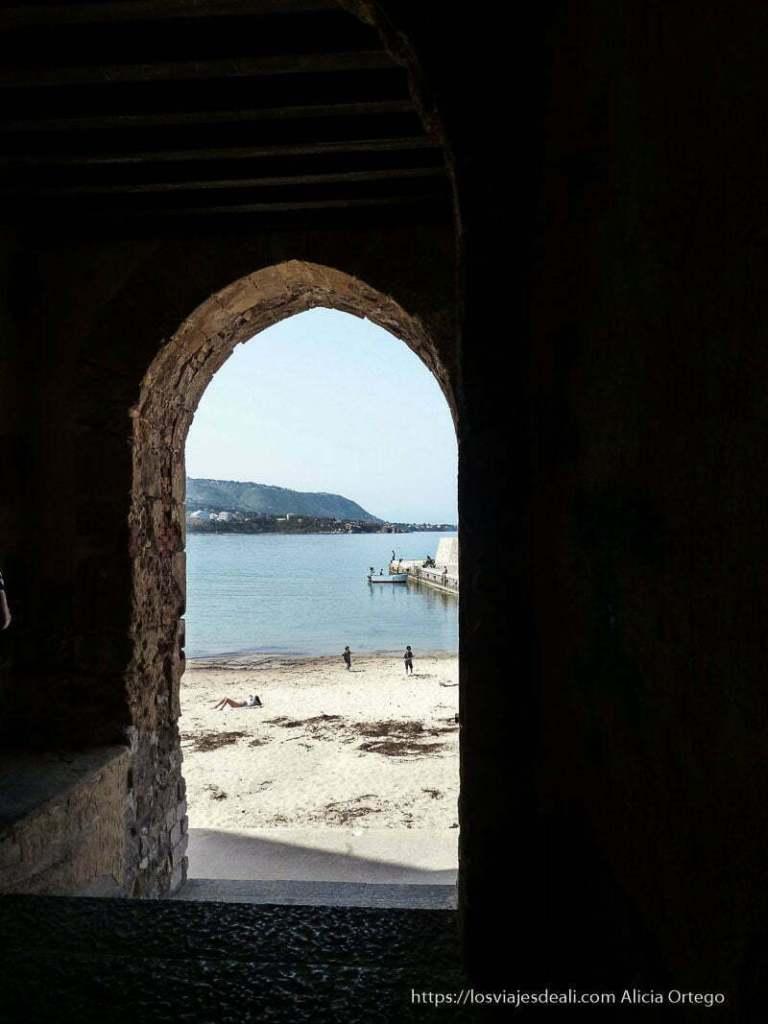 puerta con arco que da a parar a la playa de cefalú