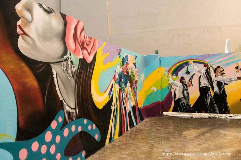 mural en la calle mujeres andaluzas y flores centro de málaga