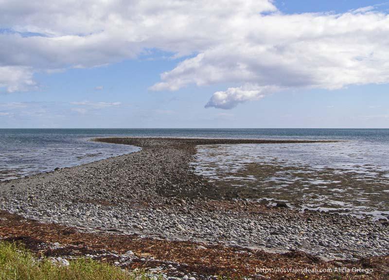 playa de guijarros vacía en costa este de irlanda