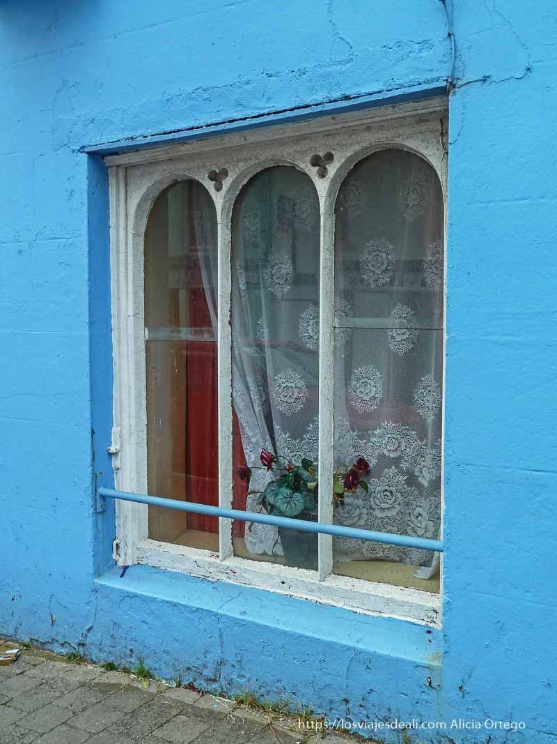 ventana con fachada azul en dingle