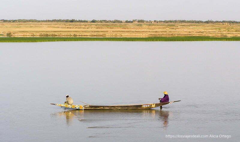 pescadores en pinaza en el río níger gao