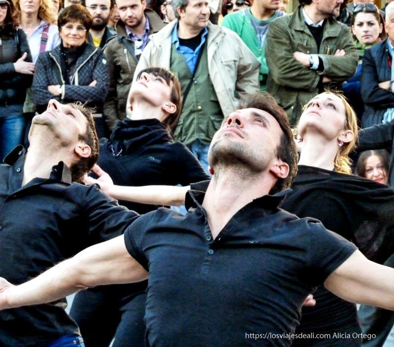 bailarines haciendo performance en la calle iglesias y mercados de palermo