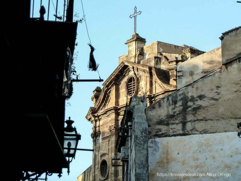 iglesia entre edificios viejos