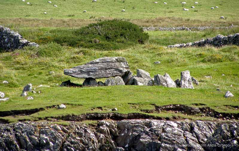 dolmen en la costa Inishbofin