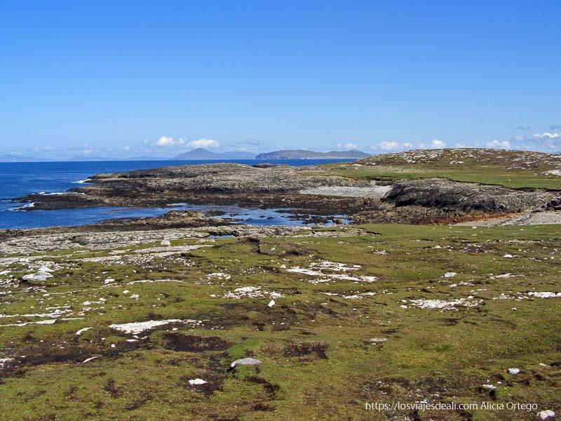 paisaje de la costa entre roca y turba cubierta de hierba en Inishbofin