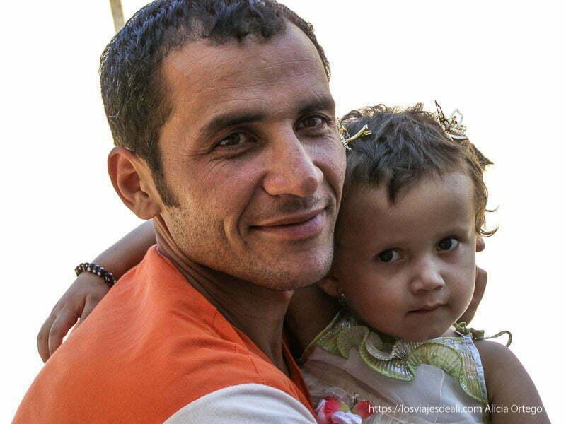 hombre con su niña en brazos khiva