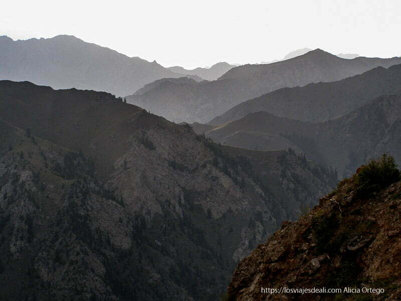 montañas escarpadas de camino al lago song kol