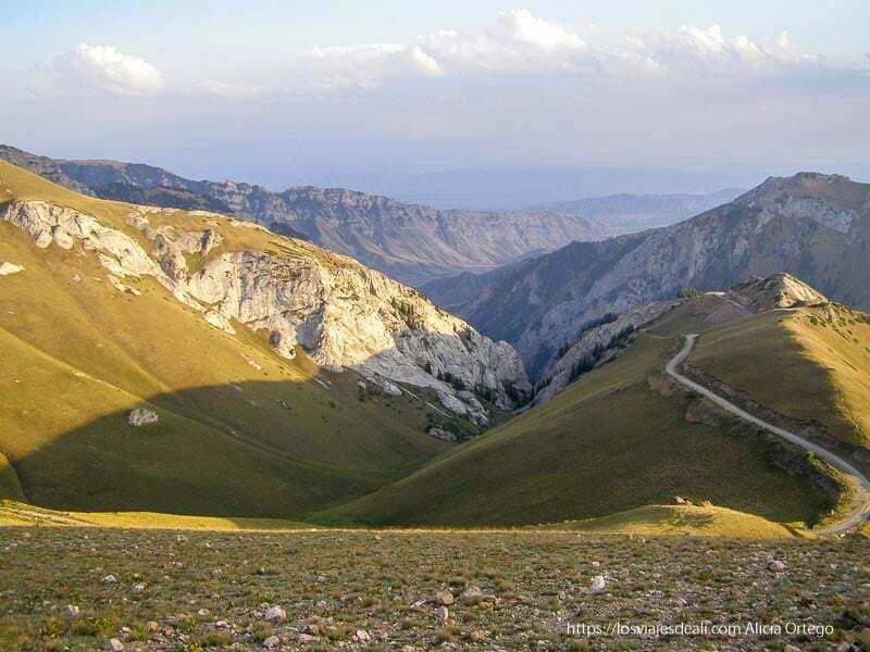 paisaje de montañas y hierba de camino al lago song kol