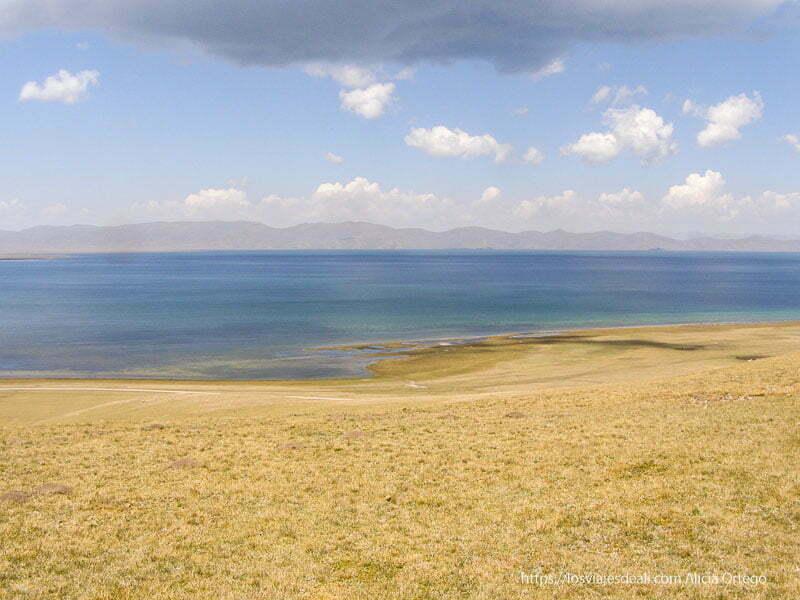 orilla del lago song kol y aguas turquesas