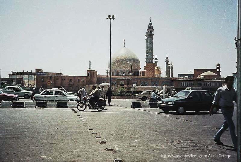 mezquita de quom con coches y gente cruzando delante lugares de peregrinación