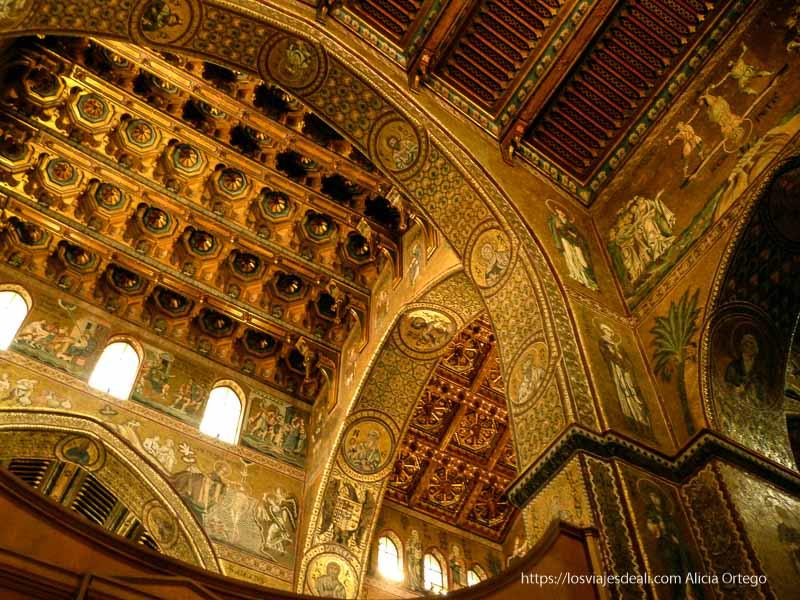 interior de monreale llena de mosaicos dorados
