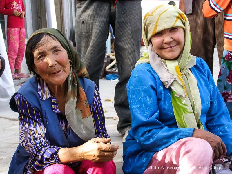 retrato de dos mujeres vestidas de colores muy sonrientes oasis de yarkand